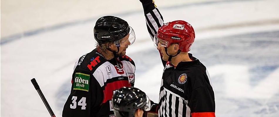 Daniel Tjärnqvist im Gespräch mit Daniel Piechaczek, einem der besseren DEL-Schiedsrichter. Foto: Andreas Dick