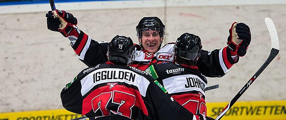 Chris Minard, Jamie Johnson und Mike Iggulden nach einem Torerfolg gegen den ERC Ingolstadt. Foto: Andreas Dick