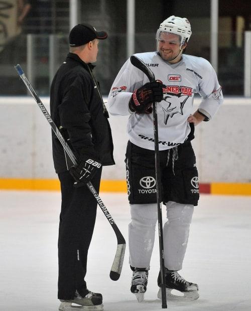 Douglas Murray im Gespräch mit Haie-Trainer Niklas Sundblad. Foto: Steffen Thaut.