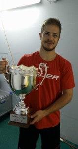 Moritz Müller präsentiert den Lehner-Cup im Kabinen-Gang. Foto: Robert Heppekausen