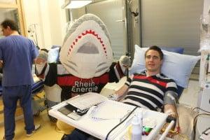 Haie-Fan Alexander Grothues wurde bei seiner Knochenmarks-Spende von Sharky unterstützt.