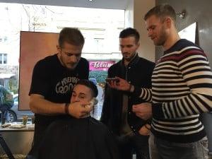 Moritz seift Manuel Strodel ein, Daniel Pietta assistiert. Foto: Haimspiel.de