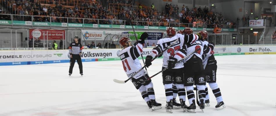 Die Haie bejubeln den Sieg in Wolfsburg. Foto: Alexandra Schmitz.